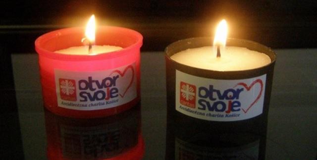 Na snímke sviečky košickej charity podporujúce akciu Otvor svoje srdce