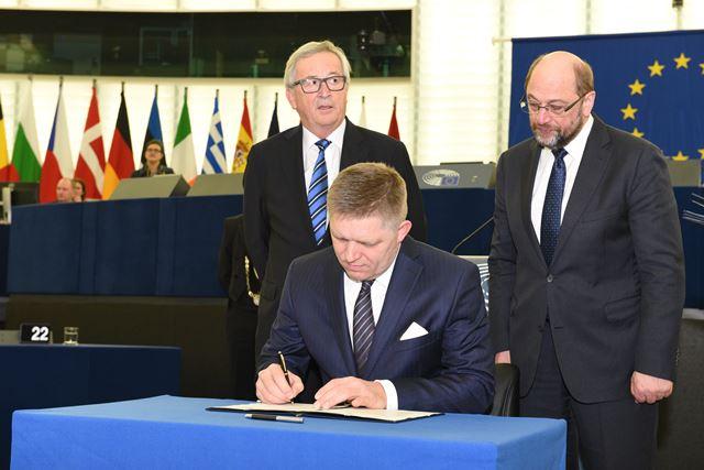 Na snímke premiér SR Robert Fico podpisuje spoločné vyhlásenie k legislatívnym prioritám na rok 2017 v Štrasburgu