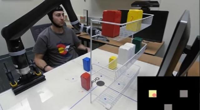 Robot uchopil a presúval predmety len pomocou mysle