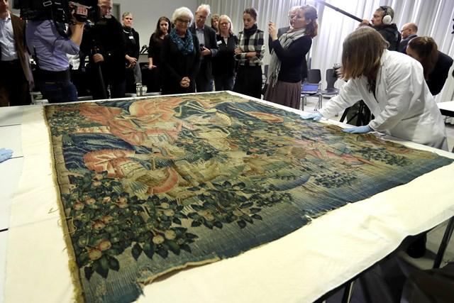 Zamestnanci Bavorského národného múzea v Mníchove ukazujú tapisériu zo 16. storočia, ktorú koncom druhej svetovej vojny zobral istý americký vojak z horského sídla nacistického vodcu Adolfa Hitlera Kehlsteinhaus, známeho tiež ako Orlie hniezdo v Mníchove