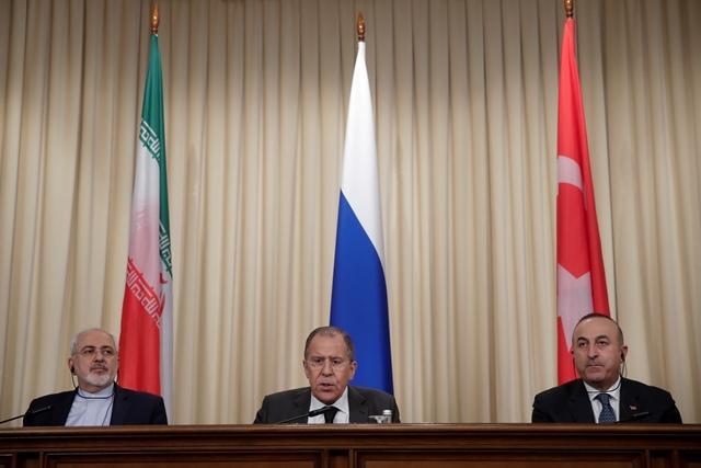 Na snímke turecký minister zahraničných vecí Mevlüt Čavušoglu (vpravo), ruský minister zahraničných vecí Sergej Lavrov a iránsky minister zahraničných vecí Mohammad Džavád Zaríf