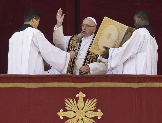 Pápežž Františšek predniesol vianočné posolstvo a udelil tradičné požžehnanie Urbi et orbi - Mestu a svetu z balkóna Baziliky sv. Petra vo Vatikáne