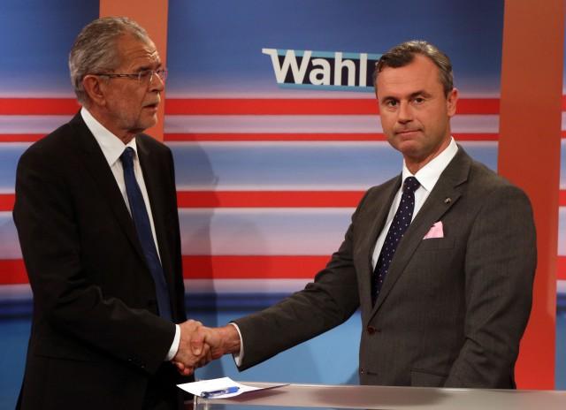 Na snímke kandidát pravicovej populistickej Slobodnej strany Rakúska (FPO) Norbert Hofer (vpravo) a jeho súper, bývalý šéf rakúskych Zelených Alexander Van der Bellen