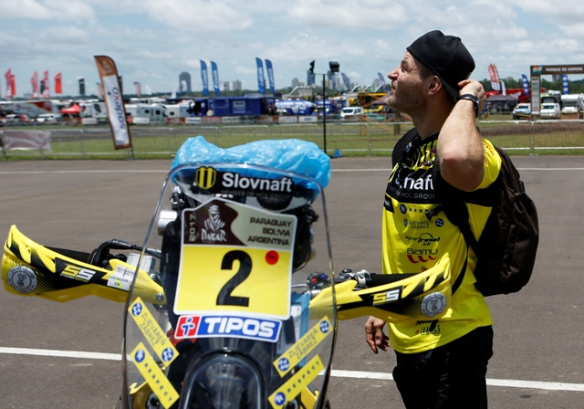 Na snímke slovenský motocyklový pretekár Štefan Svitko čaká vedľa svojho stroja KTM na technickú prehliadku pred štartom na Rely Dakar v paraguajskom Luque
