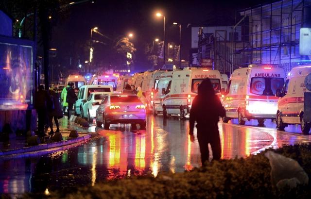 Záchranárske a bezpečnostné zložky zasahujú na mieste útoku v obľúbenom nočnom klube v tureckom Istanbule 1. januára 2017