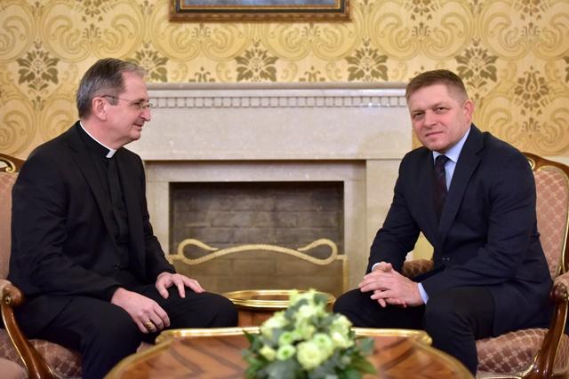 Predseda vlády SR Robert Fico (vpravo) prijal bratislavského arcibiskupa - metropolitu Stanislava Zvolenského (vľavo) na Úrade vlády SR 2. januára 2017 v Bratislave