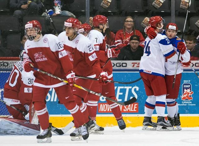 Ruský hráč Kiril Kaprizov (vpravo) oslavuje svoj gól vo štvrťfinálovom zápase Rusko - Dánsko na MS hráčov do 20 rokov v hokeji v kanadskom Toronte