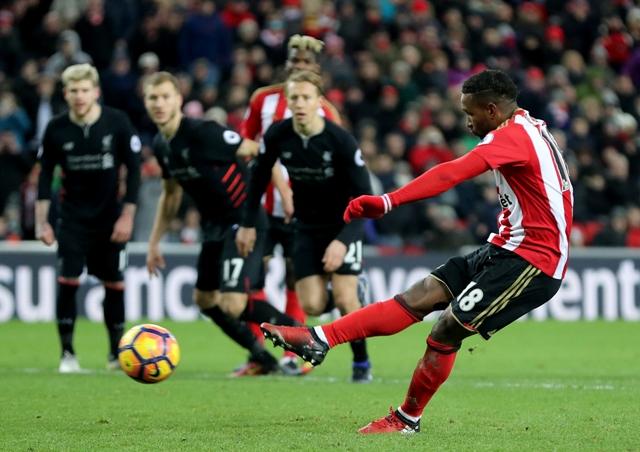 Hráč Sunderlandu Jermain Defoe strieľa gól z pokutového kopu v zápase 20. kola anglickej  Premier League Sunderland - Liverpool
