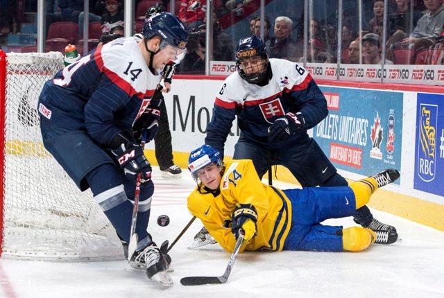 Slovák Martin Fehérváry fauluje Švéda Eliasa Petterssona vo štvrťfinále MS hokejistov do 20 rokov Švédsko - Slovensko