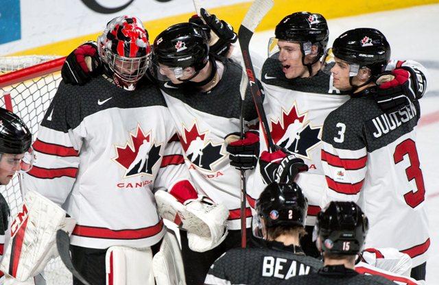 Kanadskí hokejisti sa tešia s brankárom Connorom Ingramom po víťazstve 5:2  vo štvrťfinále MS hokejistov do 20 rokov Kanada - Česko
