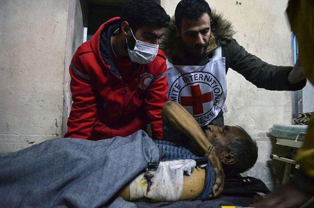 Ilustračné foto: Členovia sýrskeho Červeného polmesiaca ukladajú na nosidlá pacienta zo zdravotníckeho zariadenia počas bojov sýrskej vládnych síl s povstalcami v Starom meste Aleppa