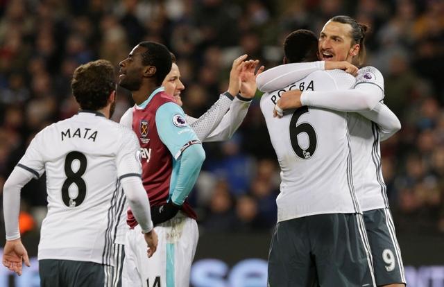 Hráč Manchesteru United Zlatan Ibrahimovič oslavuje v objatí s Paulom Pogbom svoj gól v zápase 20. kola anglickej  Premier League West Ham United - Manchester United