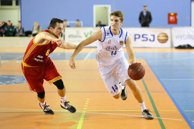 Basketbalisti MBK Karlovka Bratislava budú mať výhodu domáceho prostredia s ambicióznym družstvom KB Košice, ktoré má v tejto sezóne najvyššie ciele. Na snímke z prvého súboja vidieť domáceho Davida Abrháma s číslom 14 pri útočnej akcii na kôš Košíc, kde sa ho snaží ubrániť košický legionár Radenko Pilčevič (č.8) na snímke prvý zľava v červenom drese