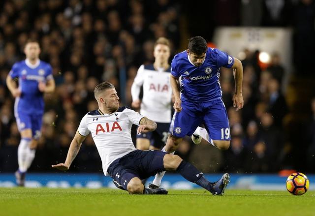 Na snímke hráč Chelsea Diego Costa (vpravo) a hráč Hotspurs Toby Alderweireld v súboji o loptu v zápase 20. kola anglickej Premiere League Chelsea Londýn - Tottenham Hotspur