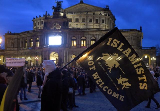 Ilustračné foto: Demonštranti sa zhromažďujú počas demonštrácie skupiny PEGIDA proti islamizácii Západu pred budovou opery Semperoper v Drážďanoch