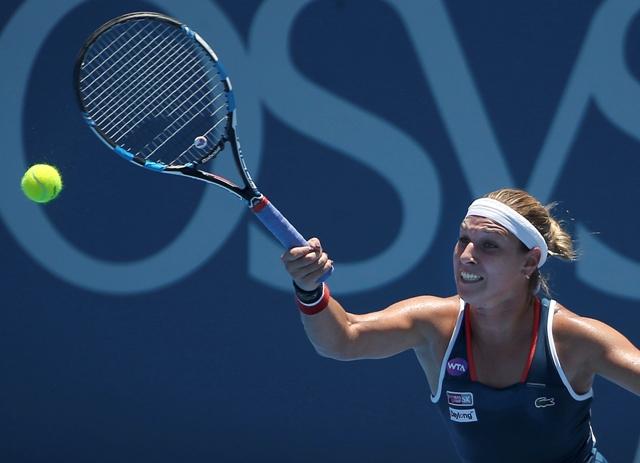 Na snímke slovenská tenistka Dominika Cibulková odvracia loptičku Kanaďanke Eugenie Bouchardovej v osemfinálovom zápase  turnaja WTA v austrálskom Sydney