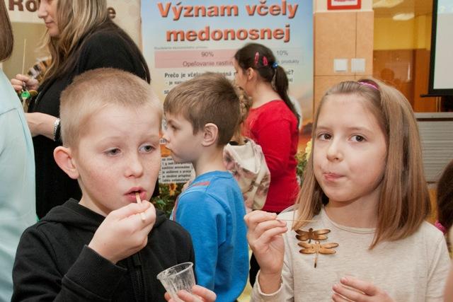 Na snímke deti ochutánvajú medy