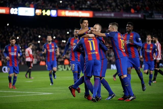 Hráč Barcelony Neymar oslavuje so spoluhráčmi svoj gól v odvetnom zápase osemfinále Copa del Rey FC Barcelona - Atletico Bilbao