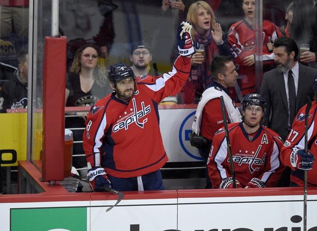 Na snímke vľavo ruský útočník a kapitán Capitals Alexander Ovečkin máva na pozdrav fanúšikom zo striedačky po tom, ako zaznamenal gól v zápase hokejovej NHL Washington Capitals - Pittsburgh Penguins v noci na 12. januára 2017