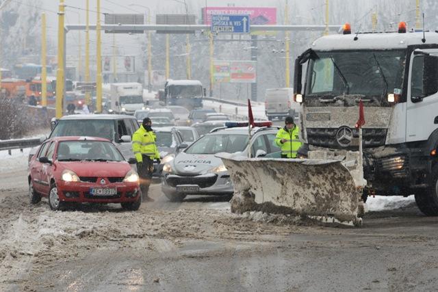 Na Hlinkovej ulici, hlavnej ceste na sídlisko Dargovských hrdinov (Furča) v Košiciach, zastavila polícia premávku, pokým tento úsek očistili od snehu cestári. Kolónu áut pustili na Furču tesne predpoludním. Košice, 13. januára 2017