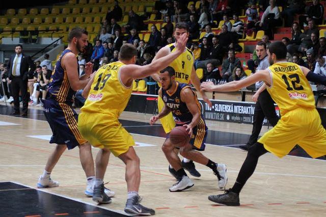Dokonalú pascu zažil v sobotňajšom súboji v Hant aráne basketbalista  Iskry  Svit Gonzales z Portorika s loptou uprostred, ktorú mu nečakane pripravila brániaca trojica hráčov Interu Bratislava zľava Hoferica (19), Radukič (12) a Barač  (8). Akcii prvý zľava prizerá Boris Belavý (9) zo Svitu