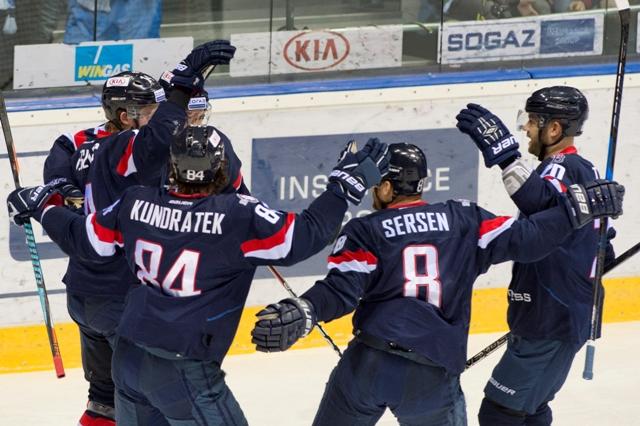 Na snímke radosť hráčov Slovana po strelení prvého gólu v zápase hokejovej KHL HC Slovan Bratislava - Jugra Chanty-Mansijsk