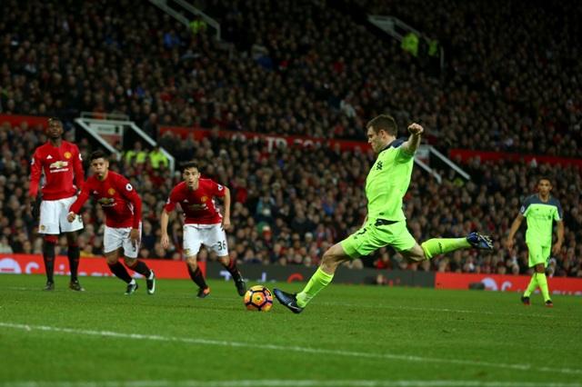 Na snímke hráč Liverpoolu James Milner strieľa gól z pokutového kopu v zápase 21. kola anglickej futbalovej Premier League Manchester United - FC Liverpool