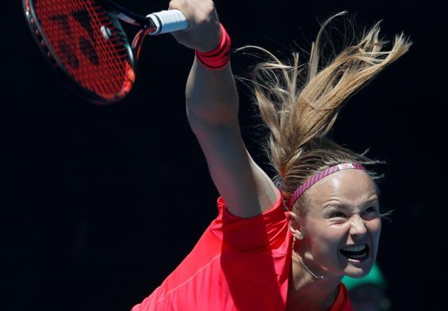Slovenská tenistka Rebecca Šramková podáva proti Číňanke Jing-Jing Duan v 1. kole ženskej dvojhry na úvodnom grandslamovom turnaji sezóny Australian Open v Melbourne