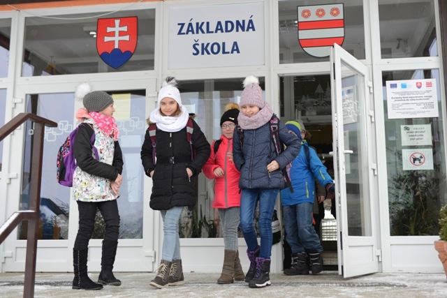 Na snímke žiaci pred vchodom do ZŠ na Šrobárovej ulici v Prešove