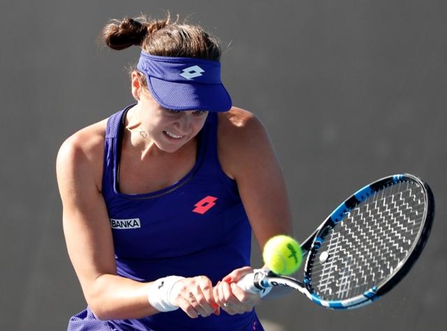 Slovenská tenistka Jana Čepelová odvracia úder Španielky Carly Suarezovej Navarrovej v 1. kole ženskej dvojhry na úvodnom grandslamovom turnaji sezóny Australian Open v Melbourne