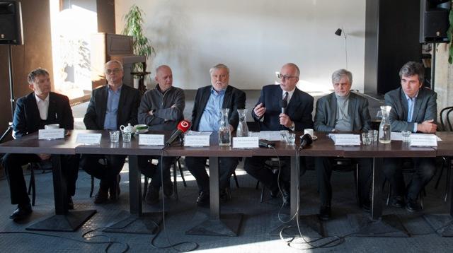 Na snímke sprava Martin Slobodník (Univerzita Komenského v Bratislave), Emil Višňovský (SAV, Univerzita Komenského v Bratislave), Gabriel Bianchi (SAV), Peter Zajac (SAV, Humboldtova univerzita v Berlíne), Marián Zervan (VŠVU v Trnave), René Bílik (Trnavská univerzita v Trnave) a Ivan Gerát (SAV, Trnavská univerzita v Trnave) počas tlačovej konferencie na tému Prezentácia Memoranda spoločenských a humanitných vedcov v Bratislave 16. januára 2017