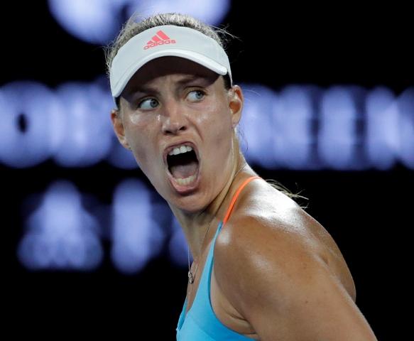 Nemecká tenistka Angelique Kerberová reaguje v 1. kole ženskej dvojhry na úvodnom grandslamovom turnaji sezóny Australian Open v Melbourne