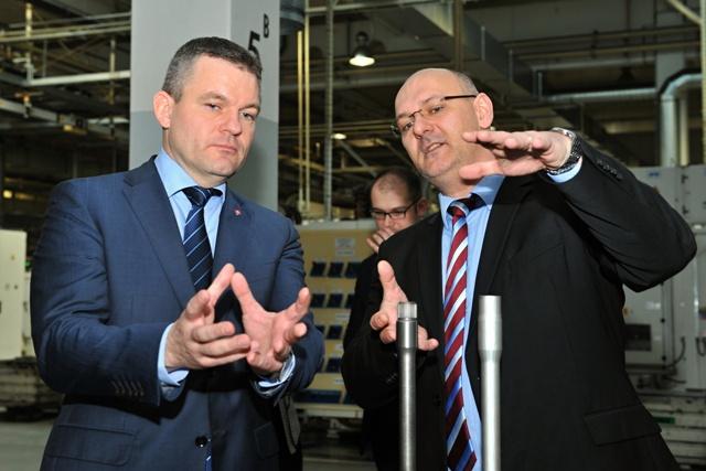 Na snímke podpredseda vlády SR pre investície a infromatizáciu Peter Pellegrini (vľavo) a vedúci výroby komponetov Róbert Bobrovský počas prehliadky závodu Volkswagen Slovakia a.s. v Martine v utorok 17. januára 2017