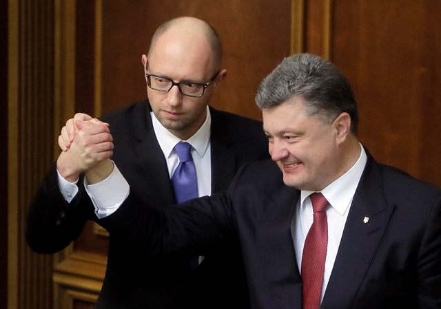 Na archívnej snímke ukrajinský prezident Petro Porošenko (vpravo) a ukrajinský premiér Arsenij Jaceňuk