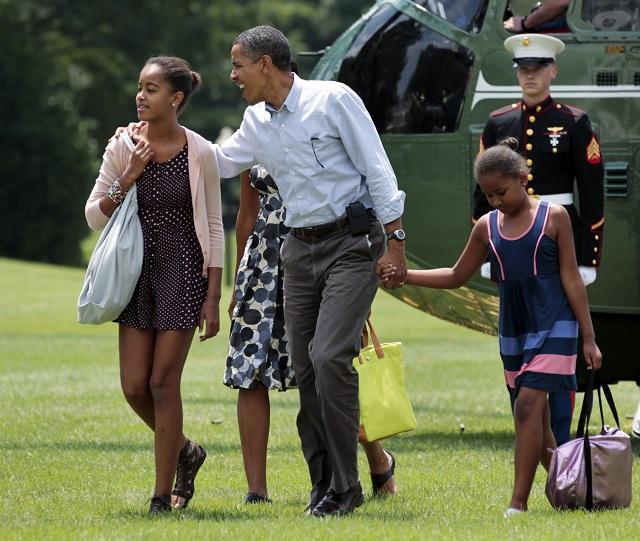 Na snímke z 18. júla 2010 rodina Obamovcov, zľava dcéra Malia, prvá dáma Michelle, prezident Barrack Obama a dcéra Sasha