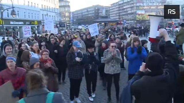 """Ženské líderky kričali """"Alahu akbar"""" na feministickom pochode za práva žien"""