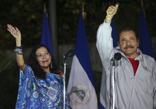 Na archívnej snímke Daniel Ortega (vpravo) a jeho manželka Rosario Murillová