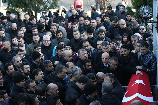 """udia sa zhromažďujú okolo truhly jednej z obetí streľby v nočnom klube počas pohrebu v tureckom Istanbule 2. januára 2017. Teroristická organizácia Islamský štát (IS) sa prihlásila k útoku na nočný klub v Istanbule, pri ktorom ozbrojený muž počas osláv príchodu nového roka zastrelil 39 ľudí. Podľa vyhlásenia zverejneného na internete, z ktorého citovala britská stanica BBC, bol vykonávateľom útoku """"hrdinský vojak"""" IS"""