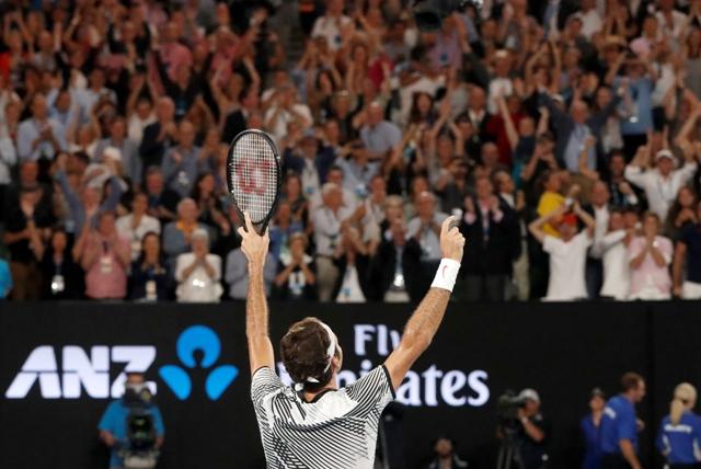 Švajčiarsky tenista Roger Federer sa teší po výhre nad Španielom Rafaelom Nadalom vo finále mužskej dvojhry na grandslamovom turnaji Australian Open v Melbourne