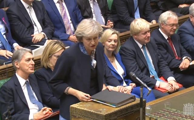 Na snímke britská premiérka Theresa Mayová (uprostred)