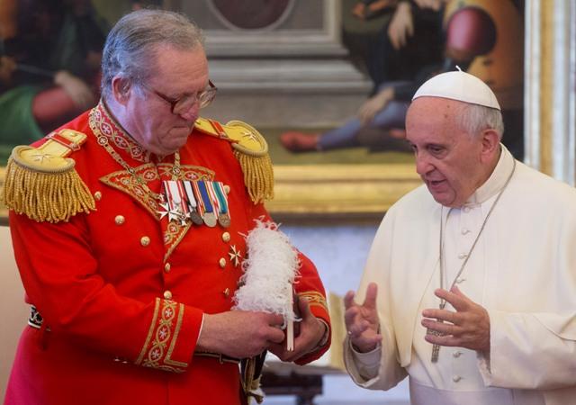 Pápež František (vpravo) a veľmajster Rádu maltézskych rytierov Matthew Festing