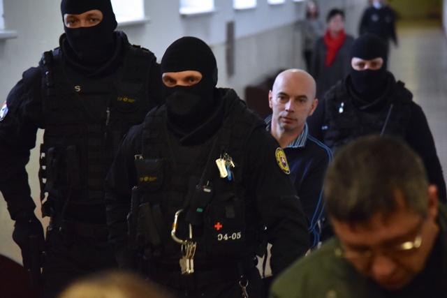 Na snímke obžalovaný Richard B. prezývaný Kofola prichádza v putách na pojednávanie v prípade vraždy zakladateľa bratislavskej skupiny sýkorovcov Miroslava Sýkoru, 31. januára 2017