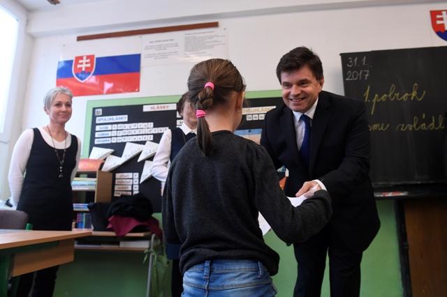 Minister školstva Peter Plavčan (vpravo) odovzdal žiakom výpisy polročných vysvedčení na Základnej škole na Školskej ulici v Bánovciach nad Bebravou 31. januára 2017