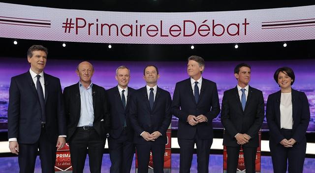 Na archívnej snímke sú uchádzači francúzskej Socialistickej strany o prezidentský úrad zľava Arnaud Montebourg, Jean-Luc Bennahmias, Francois de Rugy, Benoit Hamon, Vincent Peillon, Manuel Valls a Sylvia Pinelová počas prvej televíznej debaty La Plaine Saint-Denis pri Paríži