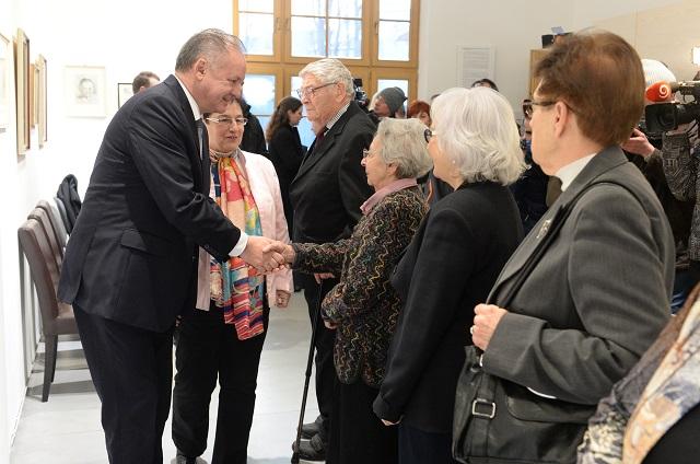 Prezident SR Andrej Kiska (vľavo) si uctil pamiatku obetí holokaustu zapálením sviečky pred synagógou na Puškinovej ulici v Košiciach 27. januára 2017, pri pamätnej tabuli venovanej obetiam holokaustu. Následne sa stretol s preživšími a prenasledovanými holokaustom v Galérii Ľudovíta Felda (na snímke), významného košického umelca židovského pôvodu