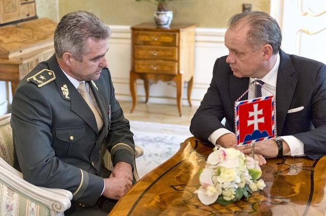 Na snímke vpravo prezident SR Andrej Kiska prijal 8. novembra 2016 v Prezidentskom paláci v Bratislave prezidenta Policajného zboru Tibora Gašpara