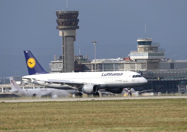Na archívnej snímke lietadlo spoločnosti Lufthansa pred odletom do Düsseldofu na letisku vo francúzskom Marseille 9. júna 2015