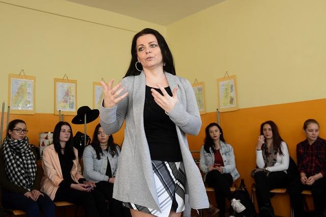 Autorka projektu Henrieta Holúbeková (uprostred) a študenti počas vyučovania nového predmetu životológie, 17. januára 2017 na Strednej odbornej škole obchodu a služieb v Trenčíne