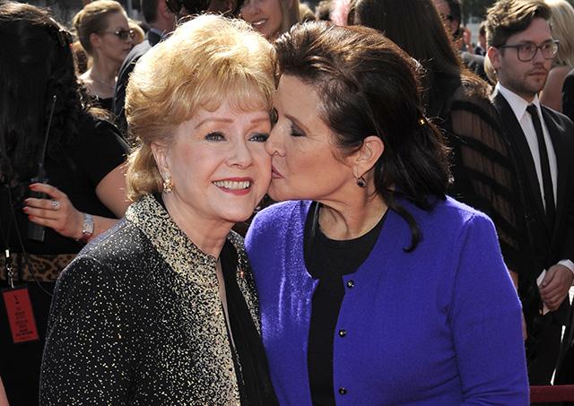 Na archívnej snímke z 10. septembra 2011 je vľavo Debbie Reynoldsová a vpravo jej dcéra Carrie Fisherová