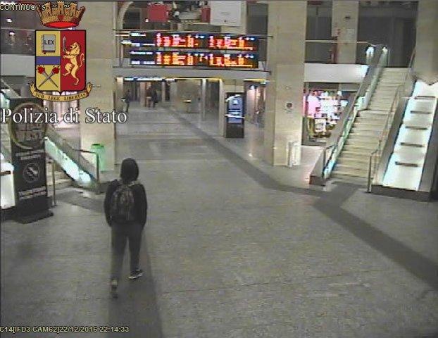 Na snímke hlavný podozrivý z útoku na vianočné trhy v Berlíne Anis Amri kráča na železničnej stanici v Turíne